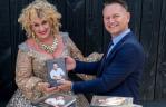 Karin Bloemen ontvangt eerste exemplaar van  boek over Alex Sijm